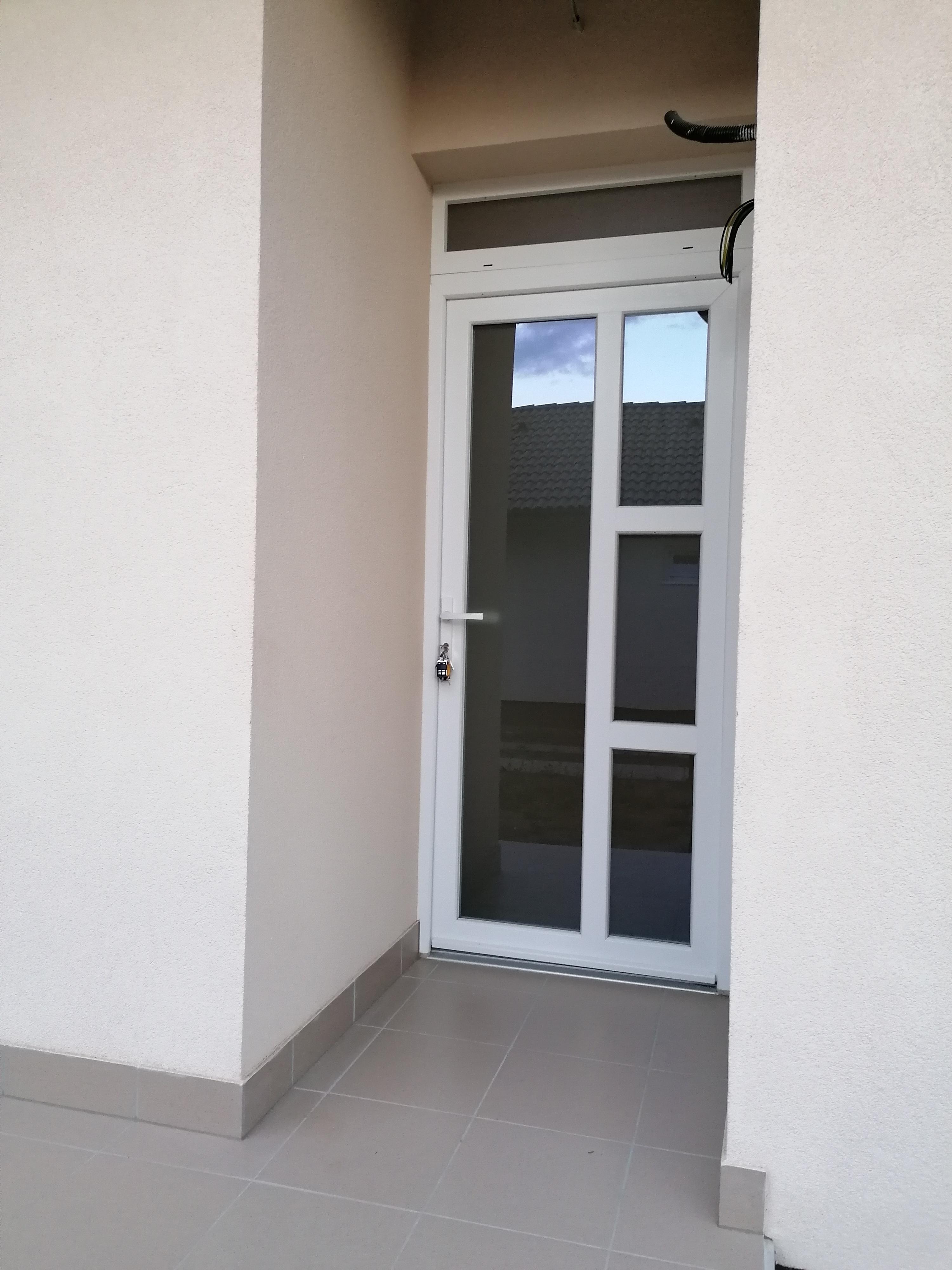 Bejárati ajtó 01